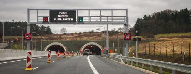 Dálnice D8 v Českém středohoří bude od zítřejšího brzkého rána (20. 9. 5:00) uzavřená. Veškerá doprava bude muset jezdit po objízdných trasách. Silničáři totiž naplánovali pravidelnou údržbu tunelů Prackovice a […]